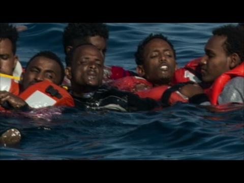 اليمن اليوم- شاهد انقلاب قارب يحمل أكثر من 500 مهاجر في البحر المتوسط