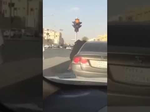 شاهد مشادة كلامية تتحول لمشاجرة عنيفة بين فتاتين في السعودية