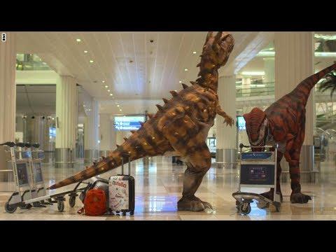 اليمن اليوم- بالفيديو  ديناصورات تستقبل المسافرين في مطار دبي الدولي
