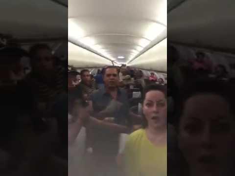 اليمن اليوم- شاهد مشادة بين ركاب طائرة وقائدها في الكويت