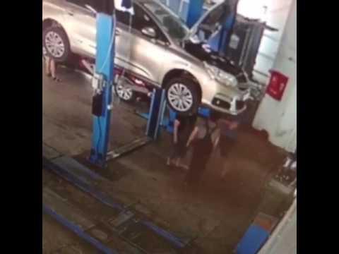 اليمن اليوم- لحظة سقوط سيارة معلقة على عمال