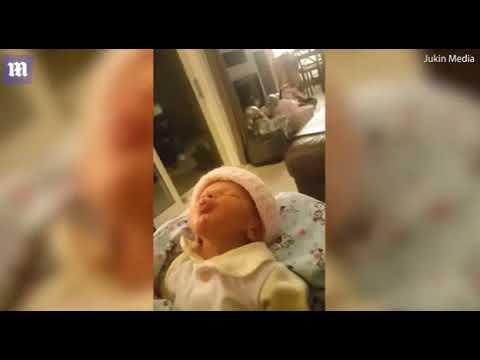 اليمن اليوم- شاهد رد فعل طريف لرضيع قبّلته والدته