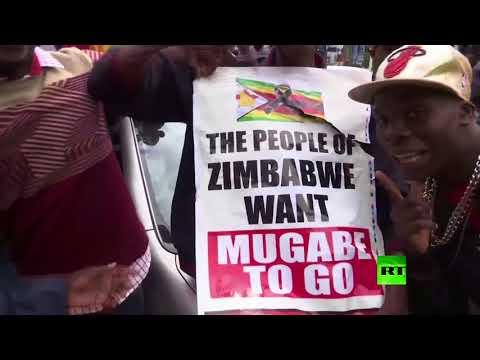 آلاف الزيمبابويين يخرجون إلى الشوارع للاحتفال بتنحية موغابي