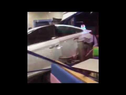 شاهد رد فعل عملاء عقب اقتحام سيارة مسرعة مطعمًا في الرياض