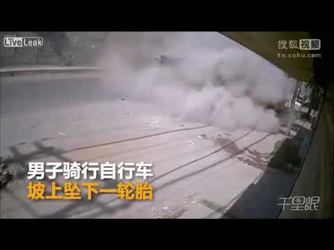 شاهد لحظة سقوط شاحنة من أعلى جسر وسحقها لـ«توك توك»