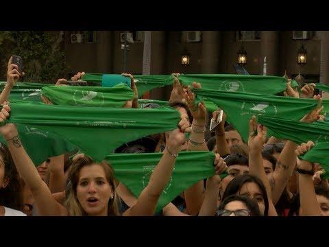 شاهد نساء الأرجنتين يتظاهرن من أجل تشريع الإجهاض