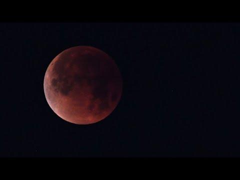شاهدالقمر الأحمر يشد الأنظار في أطول خسوف في القرن 21