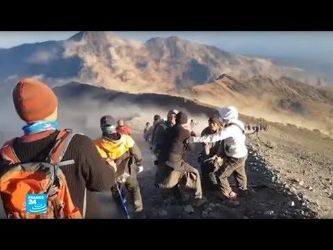 شاهد تعليق مئات المتنزهين العالقين على بركان رينجاني بعد زلزال مدمر