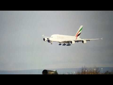 طيّار يُظهر مهارته في تجاوز سرعة رياح اعترضت طائرته