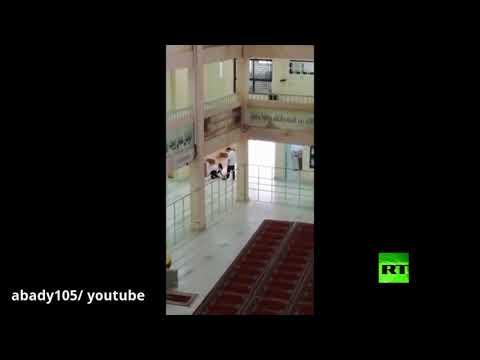 شاهدمعلم سعودي يربط حذاء أحد طلابه