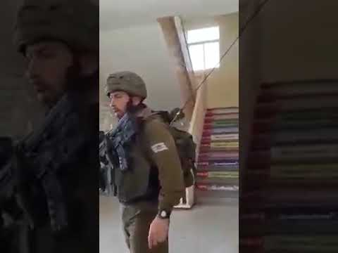 شاهد إسرائيل تقتحم مَدرسة في الخليل وتعتقل طفلاً فلسطينيًا