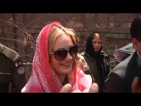 شاهد باكستان تعتقل عارضة أزياء تشيكية بتهمة تهريب المخدرات