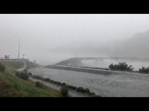 شاهد عاصفة مطيرة تُدمر جسرًا خرسانيًا داخل نهر في نيوزيلندا