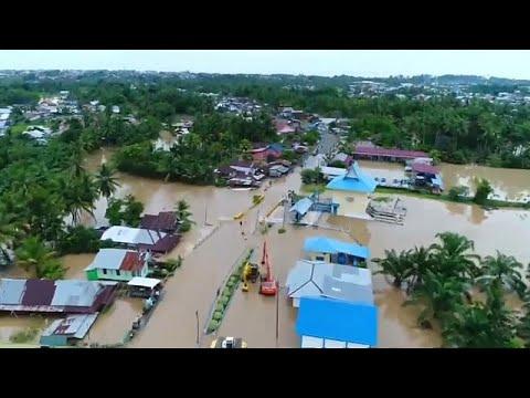 شاهد مقتل 29 شخصًا في سيول وانهيارات أرضية بإندونيسيا