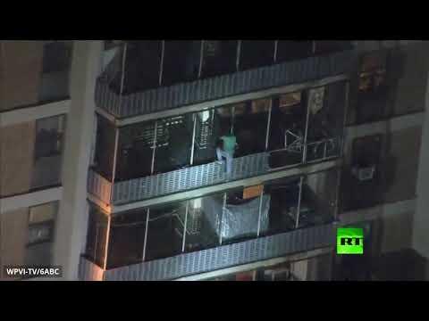 شاهد رجل يتحدر من أعلى ناطحة سحاب أميركية أثناء حريق نشب فيها