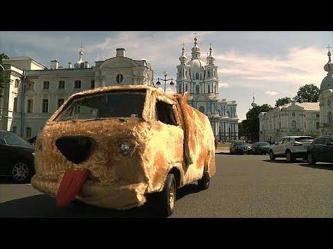 سيارة الفيلم الأميركيغبي وأغبى تجوب شوارع سان بطرسبرغ