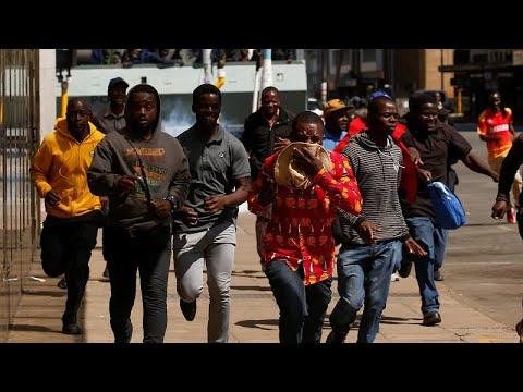 شرطة زيمبابوي تطلق قنابل الغاز لتفريق محتجين من أنصار المعارضة