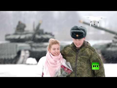 ملازم روسي يطلب يد حبيبته مدعومًا بفصيل من الدبابات