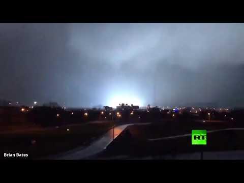 شاهد برق غير مسبوق يضيء سماء مدينة أميركية قبل إعصار مدمر