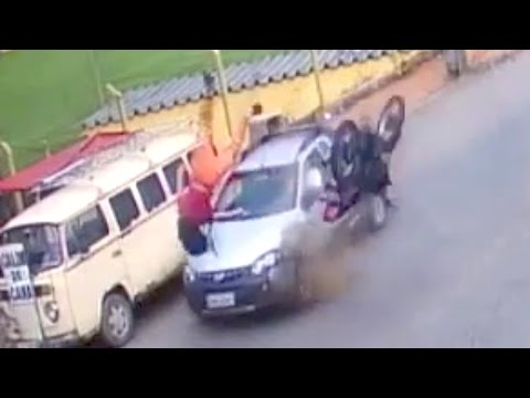اليمن اليوم- شاهد سائق موتوسيكل ينجو من الموت رغم اصطدامه بسيارة ثم شاحنة