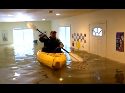 اليمن اليوم- بالفيديو مواطنة أميركية تتجول داخل منزلها بقارب بسبب الفيضانات