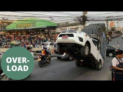 اليمن اليوم- بالفيديو أغرب حادث للسيارات في العالم بسبب الحمولة الثقيلة