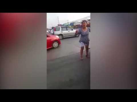 اليمن اليوم- سائق موتوسيكل يحشر رأسه في عجلة سيارة