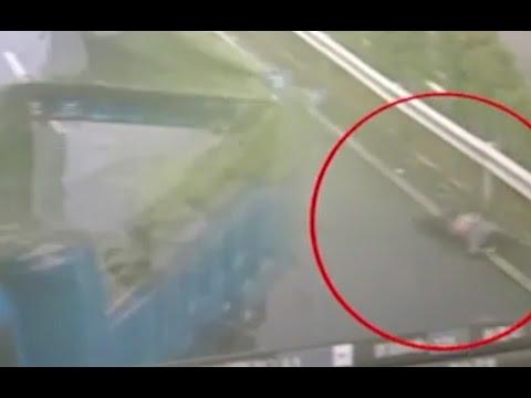 اليمن اليوم- شاحنة تلقي سائقها خارجًا بعد تعرضها لحادث