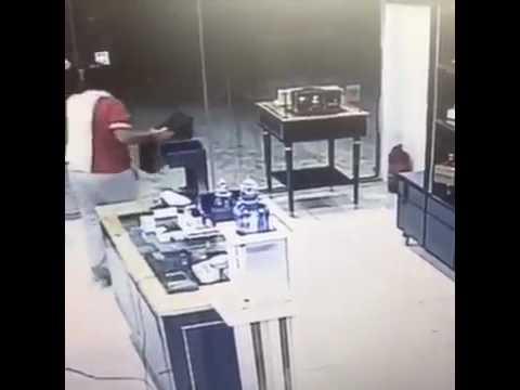 اليمن اليوم- شاهد لحظة سرقة حقيبة عود بقيمة 2 مليون جنيه