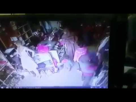 اليمن اليوم- شاهد لحظة سرقة حافظة فتاة وانهيارها أثناء مشاهدة تسجيل الكاميرا