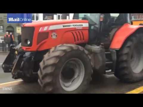 اليمن اليوم- شاهد مزارع غاضب يفرغ حمولة شاحنة من الطين أمام المحكمة