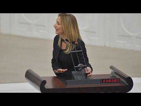 اليمن اليوم- شاهد  نائبة تركية تقيد نفسها في منبر المتحدثين في مجلس النواب