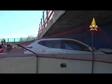 اليمن اليوم- شاهد كوبري على الطريق السريع ينهار فوق سيارة ويقتل ركابها