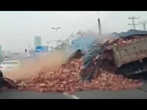 اليمن اليوم- بالفيديو حمولة طوب أحمر تدفن سيارة كبيرة على طريق عام
