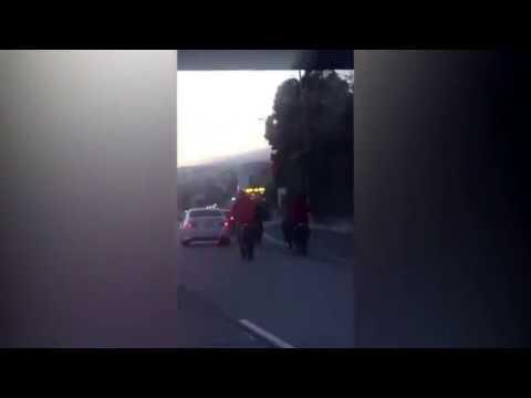 اليمن اليوم- بالفيديو عصابة دراجات نارية تحاصر سيارة على الطريق