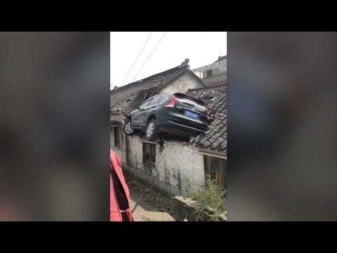 اليمن اليوم- بالفيديو حادث مروّع ينتهي بسيارة على سطح أحد المنازل