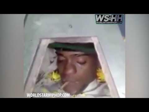 اليمن اليوم- شاهد مشيعون يضعون سيجارة حشيش في فم جثة سجين