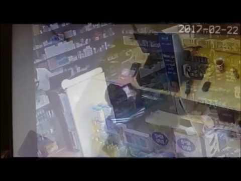 اليمن اليوم- شاهد لحظة سطو مسلح على صيدلية وسرقتها في السعودية