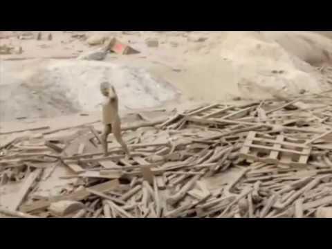 اليمن اليوم- شاهد سيدة تخرج من فيضان طيني قاتل بأعجوبة