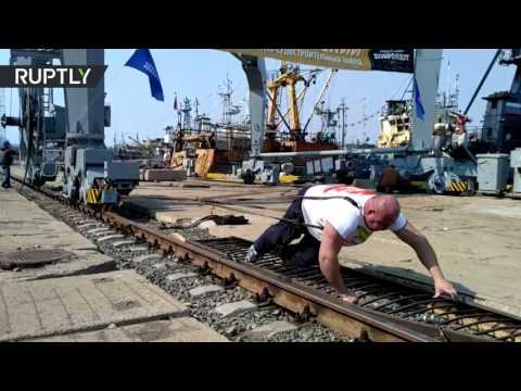 اليمن اليوم- شاهد بطل روسي يجر رافعة ميناء تزن 312 طنًا