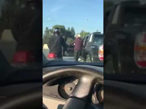 اليمن اليوم- شاهد الصفع على الوجه عقوبة شرطي مرور تونسي لسائق