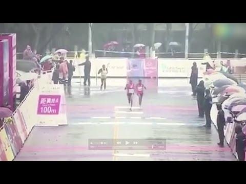 اليمن اليوم- شاهد سباق ماراثون ينتهي بخطأ طريف