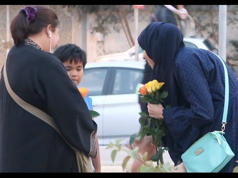 اليمن اليوم- فتاة توزع الورود على الأمهات في السعودية