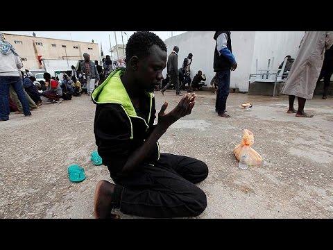 اليمن اليوم- شاهد انتشال جثث عدد من المهاجرين على الساحل الليبي