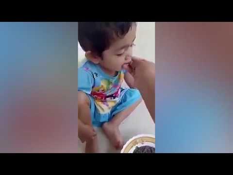 اليمن اليوم- أم تصور ابنتها وهى تأكل وجبة دسمة من الديدان الحية