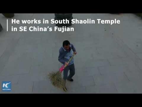اليمن اليوم- شاهدعامل نظافة صيني يستعرض مهارته في الكونغ فو بـ المقاشة