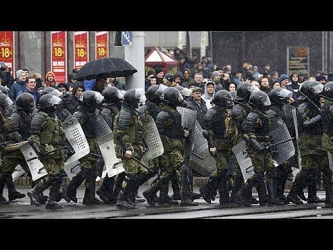 اليمن اليوم- شاهد الشرطة البيلاروسية تفرق الوقفة بالقوة مناهضة للرئيس لوكاشينكو