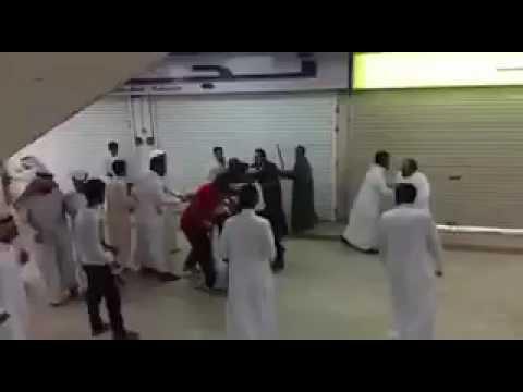 اليمن اليوم- مشاجرة عنيفة بين مجموعة من الأشخاص داخل مول في السعودية