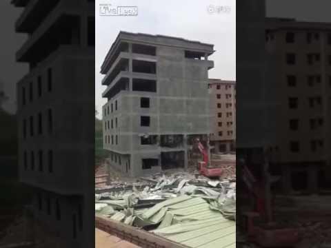اليمن اليوم- لحظة سقوط مبنى فوق سائق لودر