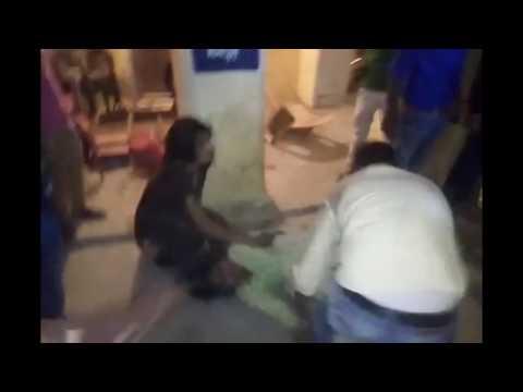 اليمن اليوم- شاهد لحظة ضرب وقتل امرأة خارج مركز شرطة